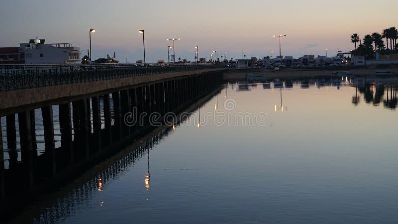 Broförbindande Praia da Faro med fastlandet royaltyfri bild