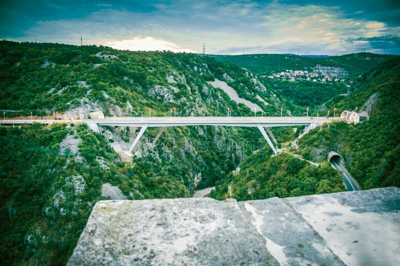 Broförbindande tunneler i stad av Rijeka royaltyfri foto