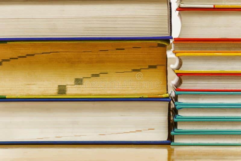 Brogować książki różnorodność roczników kolory obrazy royalty free