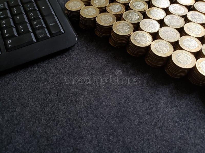brogować monety dziesięć meksykańskich peso i komputerowej numerycznej klawiatura obraz stock