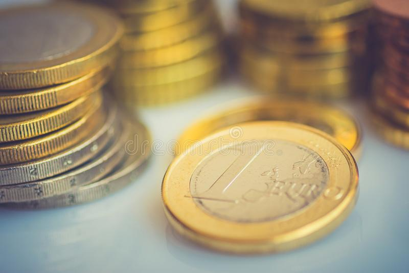 Brogować Nowe Błyszczące Białe i Złote Euro monety Różna wartość na Desktop finansów inwestyci zapasu Savings pojęciu Tonującym fotografia royalty free