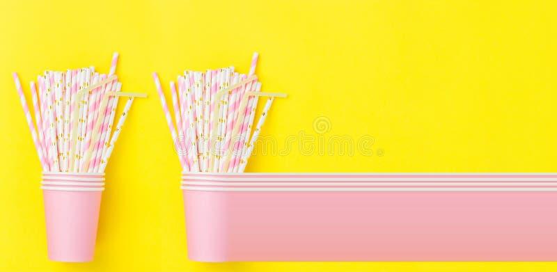 Brogować Różowe Pije Papierowe filiżanki z Pasiastymi słoma na Żółtym tle Mieszkanie nieatutowy skład Przyjęcia Urodzinowego świę fotografia stock