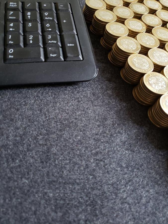 brogowa? monety dziesi?? meksyka?skich peso i komputerowej numerycznej klawiatura zdjęcia stock