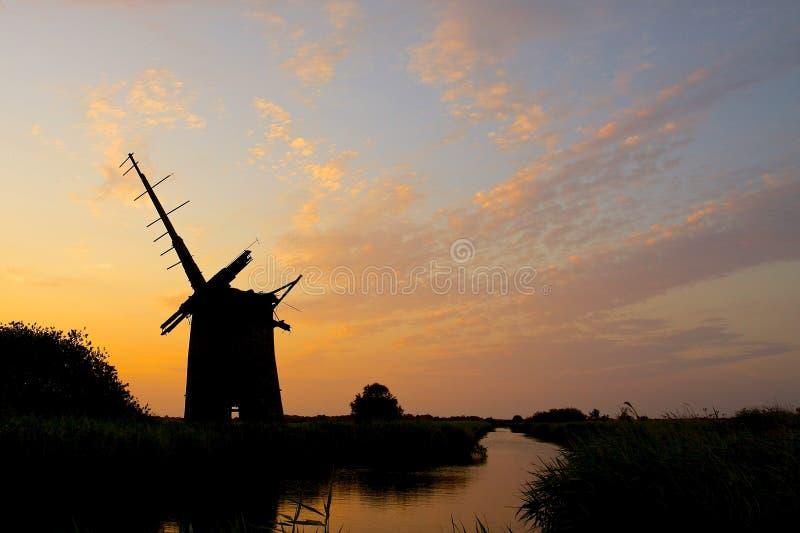 Brograve风车废墟在日落的 免版税库存图片
