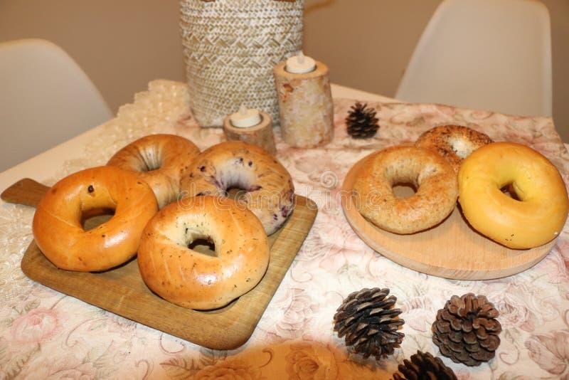 Brogujący Świeżo Piec Chlebowi Bagels na stole zdjęcia royalty free