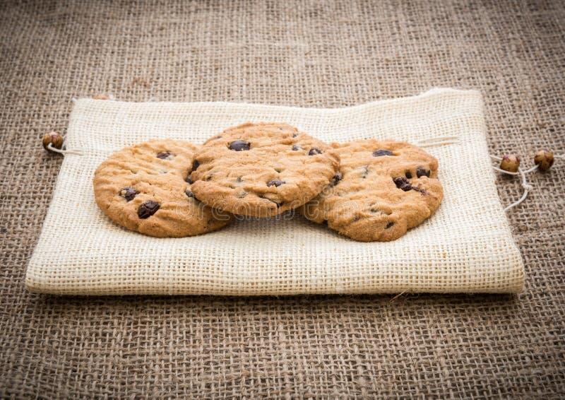 Brogujący czekoladowego układu scalonego ciastka na brown pielusze nad gunny backg fotografia royalty free