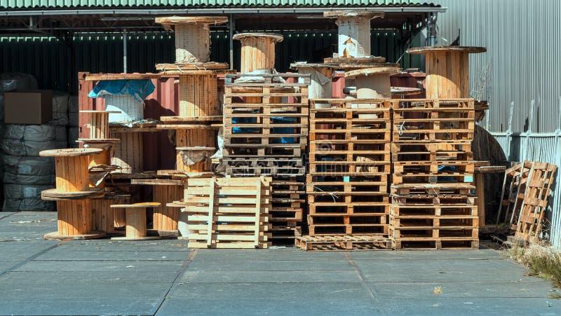 Brogujący drewniani barłogi i drewniana zwitka elektryczny kabel na magazynie zdjęcie stock