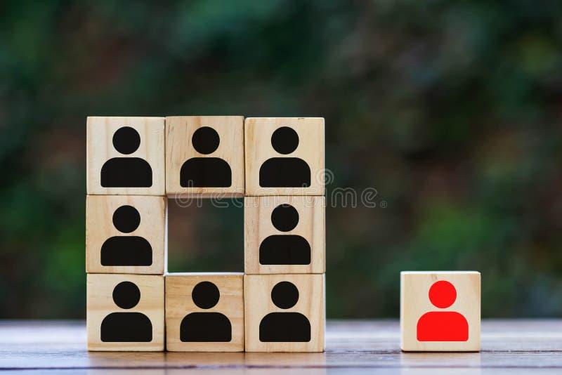 Brogujący drewniani bloki z czerwoną i czarną biznesmen ikoną Na drewnianym stole zdjęcia royalty free