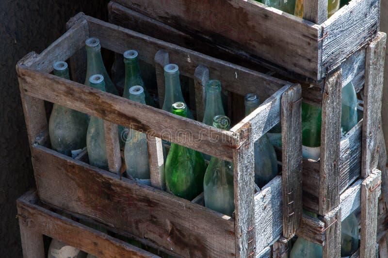 Brogujący drewniani pudełka z starymi butelkami obraz royalty free