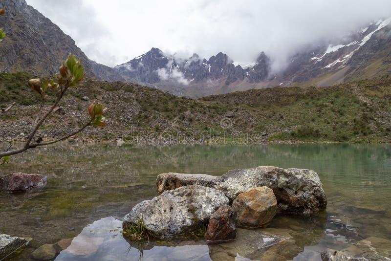 Brogujący kamienie na Humantay jeziorze w Peru, cusco fotografia stock
