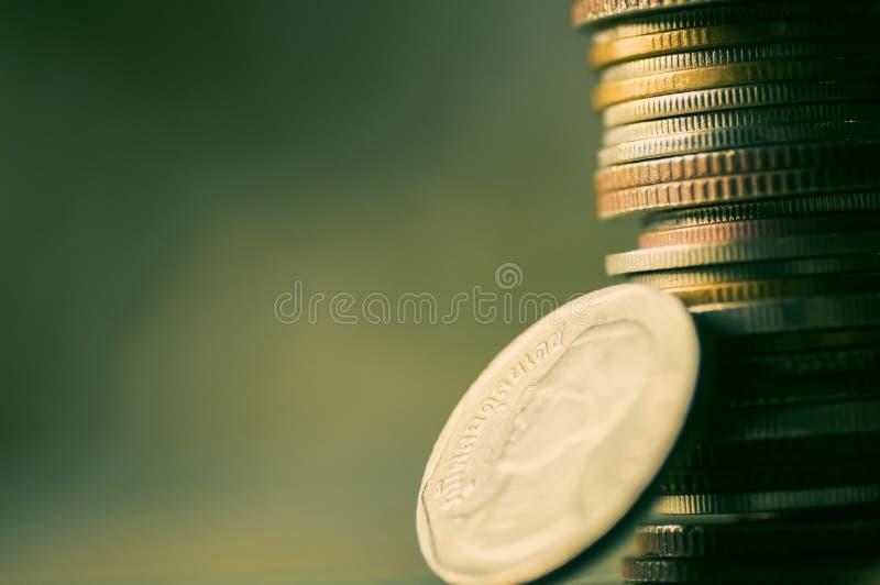 Brogujący menniczy pieniądze z kopii przestrzenią na zielonym i retro tle - pojęcie jako konto, bankowość, r krok po kroku dla i  fotografia royalty free