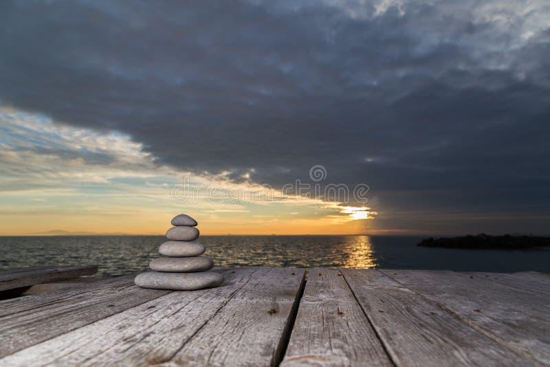Brogujący położenia słońce i otoczaki fotografia stock