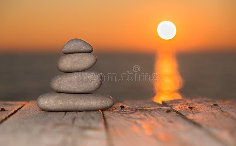 Brogujący położenia słońce i otoczaki zdjęcia stock