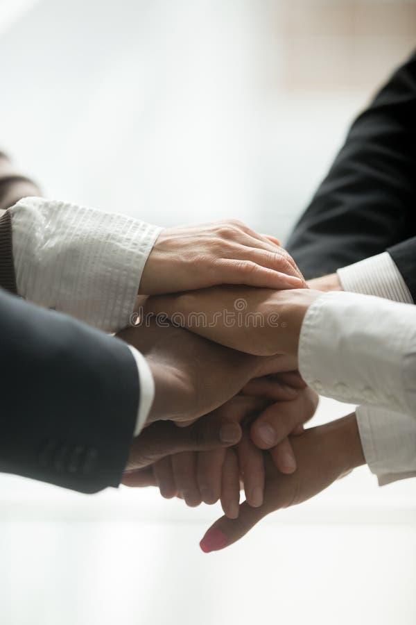 Brogujący stos ręka zamknięty up pionowo widok, drużynowa jedność zdjęcie royalty free