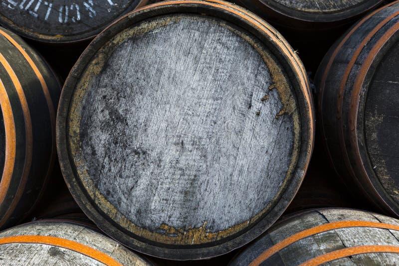 Brogujący stos stare drewniane baryłki i beczki przy whisky destylatorem zdjęcie royalty free
