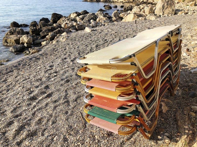 Broguje kolorowych sunbeds na piaskowatej plaży w lecie obrazy royalty free