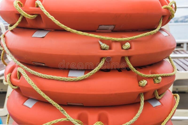 Broguje lifebuoy pomara?czowego lying on the beach na pok?adzie prom, ??d?, statek obrazy royalty free