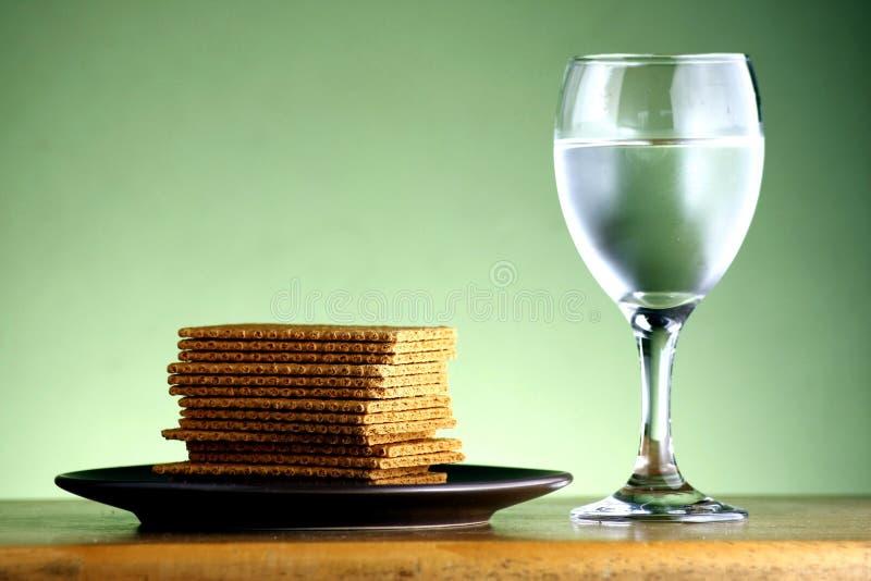 Broguje lub stos krakers i czara woda zdjęcie stock