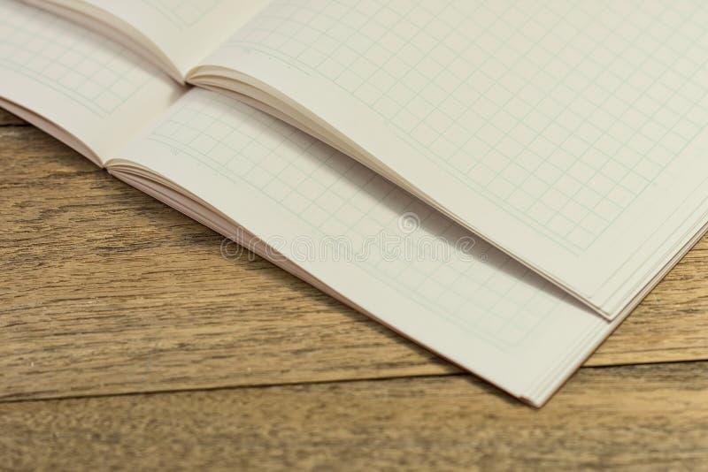 Broguje pustego notatnika na drewnianym stole dla uczyć się Japońskiego langu obrazy stock