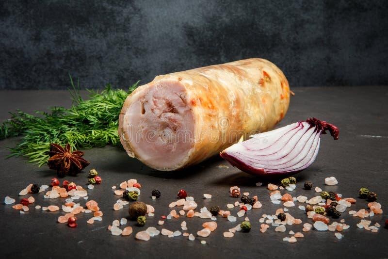 brok van gehaktbroodje met kruiden, dille en ui stock foto's