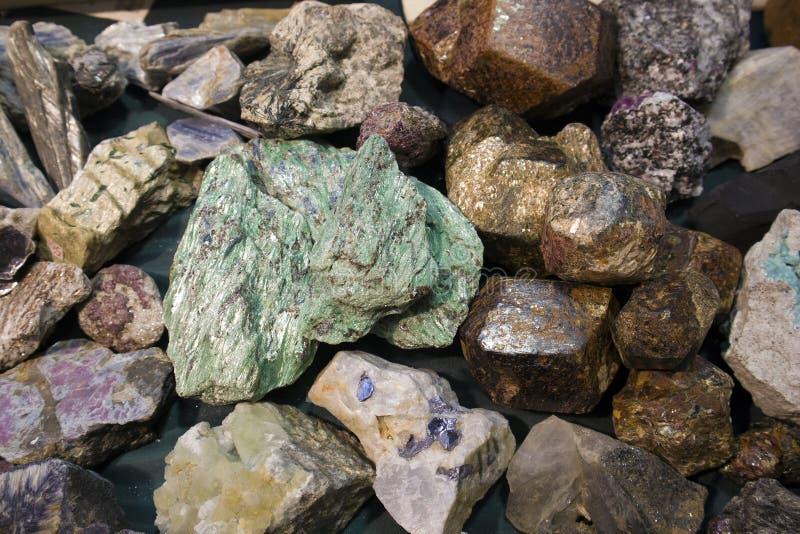 Brok van ruw malachiet tussen andere steenfragmenten stock foto's
