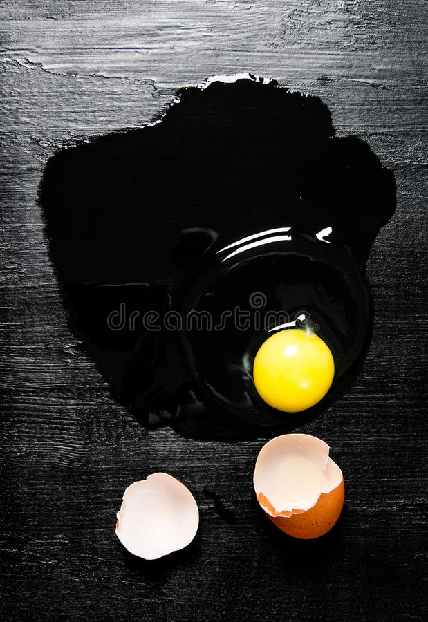 broken ägg på svart träbakgrund arkivfoton