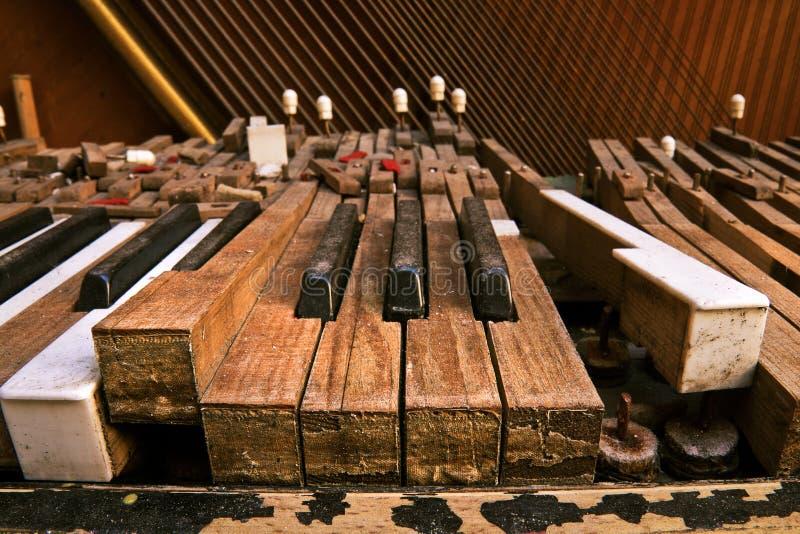 broken gammalt piano royaltyfri foto