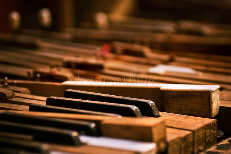 broken gammalt piano arkivfoton