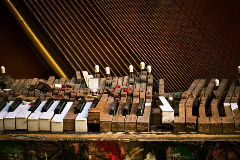 broken gammalt piano royaltyfri bild
