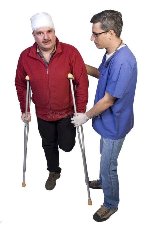 broken man för doktorshjälpben arkivbilder