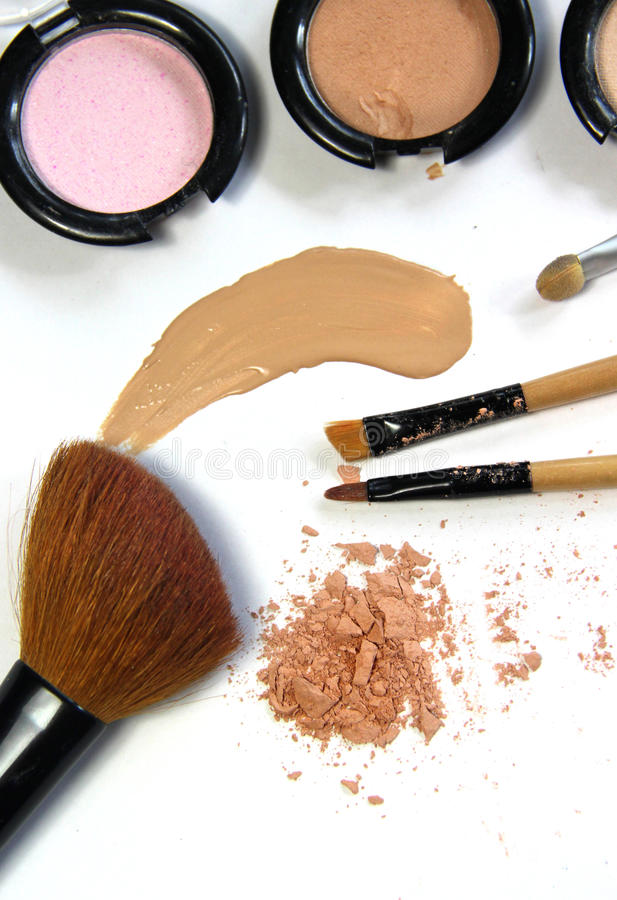 Free Broken Powder, Foundation And Brushes Royalty Free Stock Images - 43935189