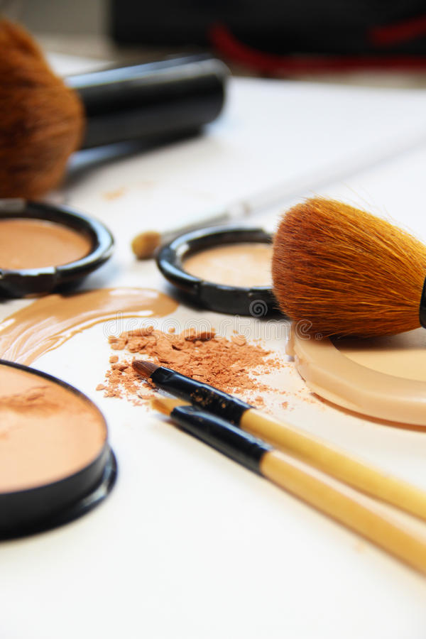 Free Broken Powder, Foundation And Brushes Royalty Free Stock Images - 43935279