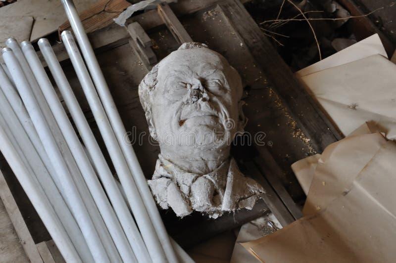 Download Broken Skulpturhuvud Av Den Vuxna Mannen Redaktionell Arkivbild - Bild av kronärtskockan, igen: 27283892