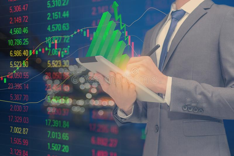 Broker benutzte Notenauflage für Handelsware und Hintergrund ist zentrale Verarbeitungsplattform der Gase stockfotos