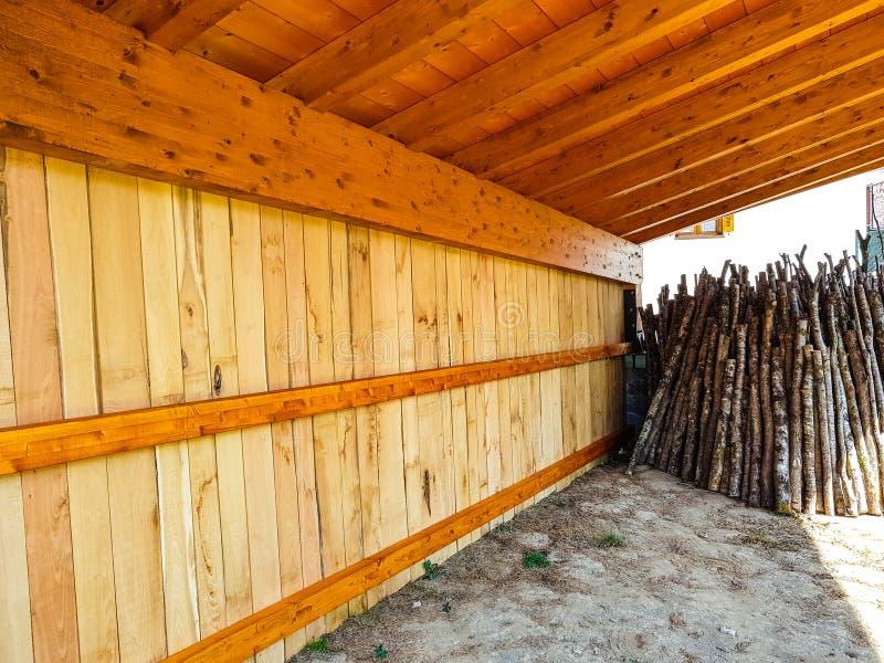 Brokken van beukehout die in een pakhuis worden gestapeld stock afbeeldingen