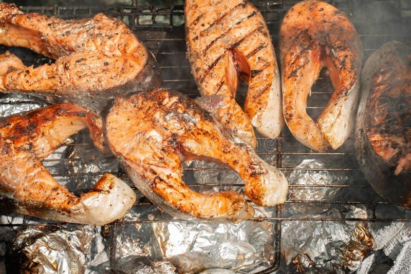 Brokken van forel op de grill stock foto