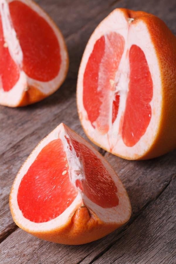 Brokken van rode grapefruit op oude houten royalty-vrije stock foto