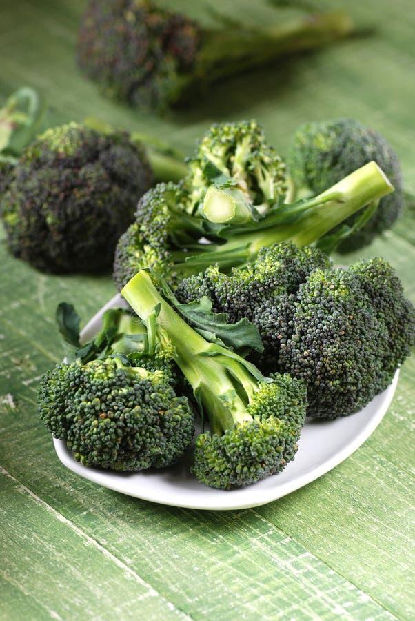 Brokkoli auf dem Tisch lizenzfreie stockfotos