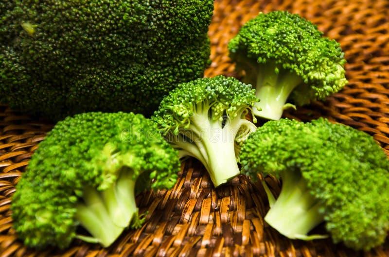 Brokkoli auf hölzernem Schneidebrett lizenzfreie stockbilder
