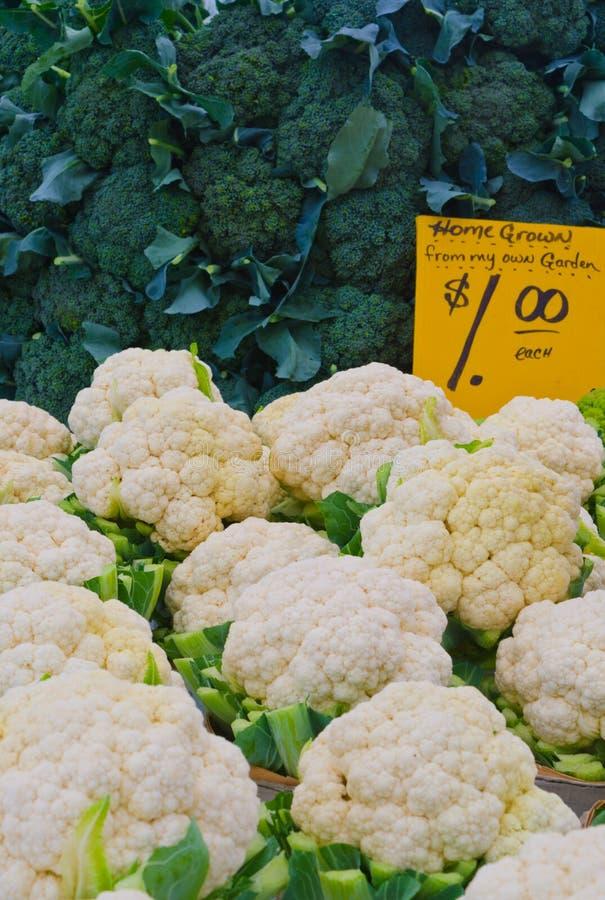 Brokkoli und Blumenkohle am Landwirtmarkt stockbilder