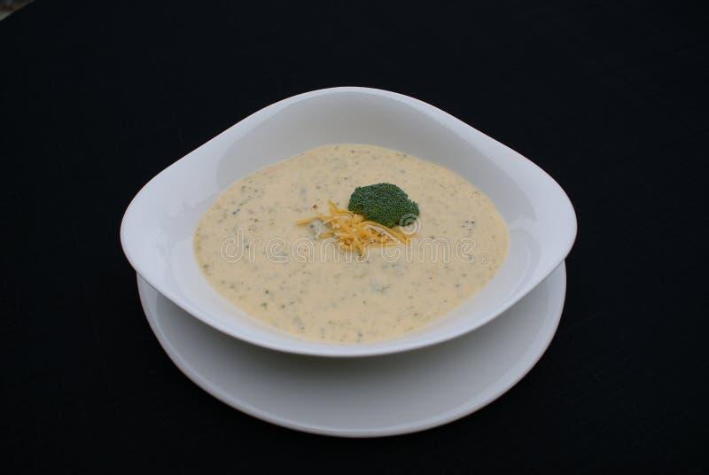 Brokkoli-und Cheddarkäse-Suppe stockbild