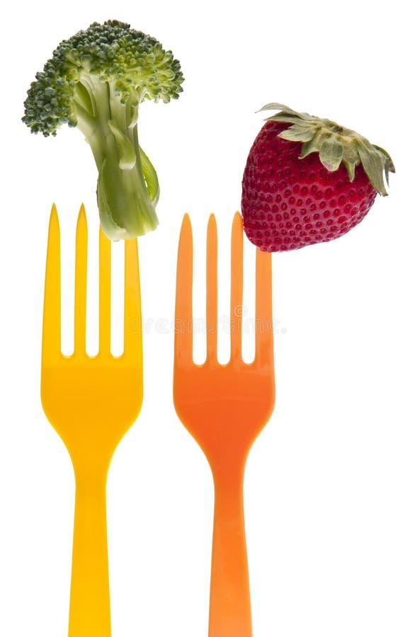 Brokkoli und Erdbeere auf vibrierender Gabel stockfoto