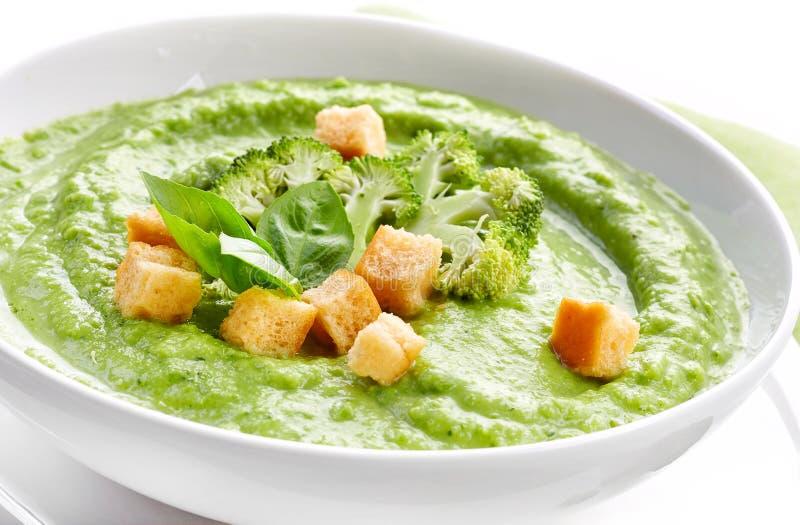 Brokkoli und Suppe der grünen Erbsen stockfoto