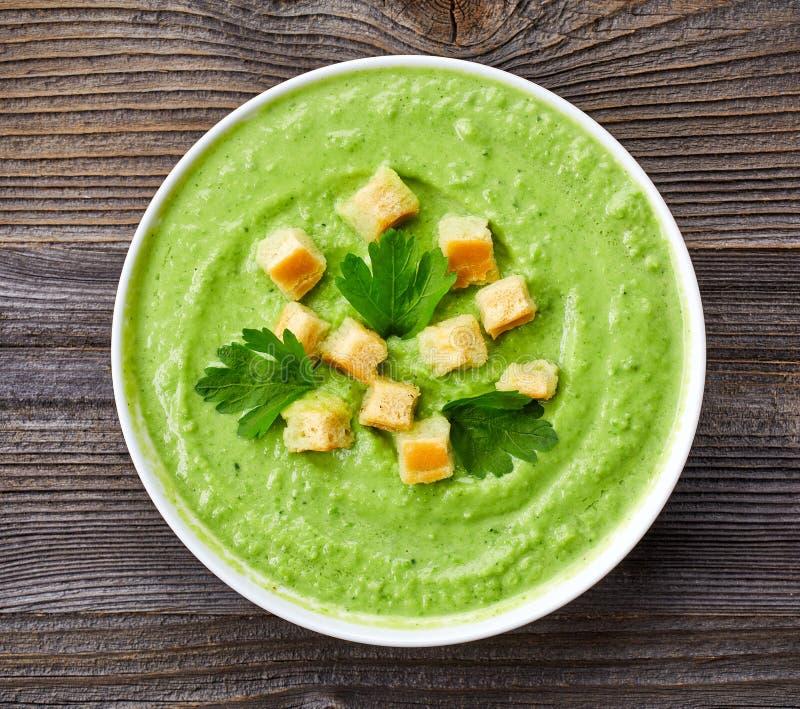 Brokkoli und Suppe der grünen Erbsen lizenzfreie stockbilder