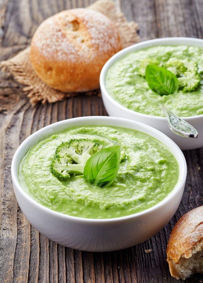 Brokkoli und Suppe der grünen Erbsen stockbild