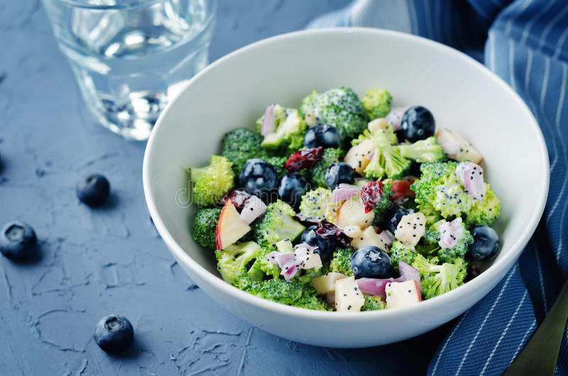 Brokkoliblaubeerapfelsalat mit griechischem JogurtMohn dre stockfotografie