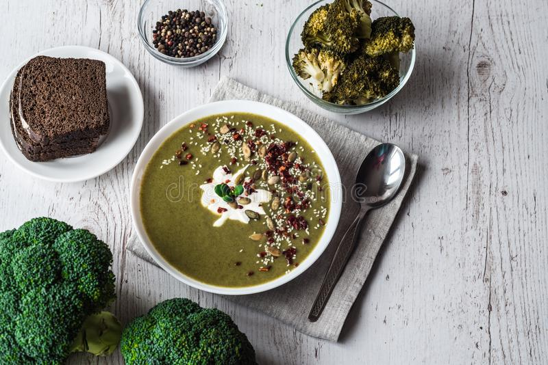 Brokkolisahnesuppe Gesunde Ernährung, Nähren, vegetarische Küche und kochen Konzept stockfotografie