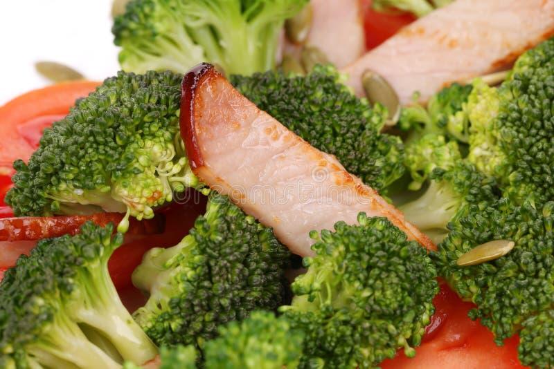 Brokkolisalat mit Kürbiskernen und Tomaten stockfotografie