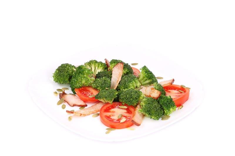 Brokkolisalat mit Kürbiskernen und Tomaten lizenzfreie stockfotos