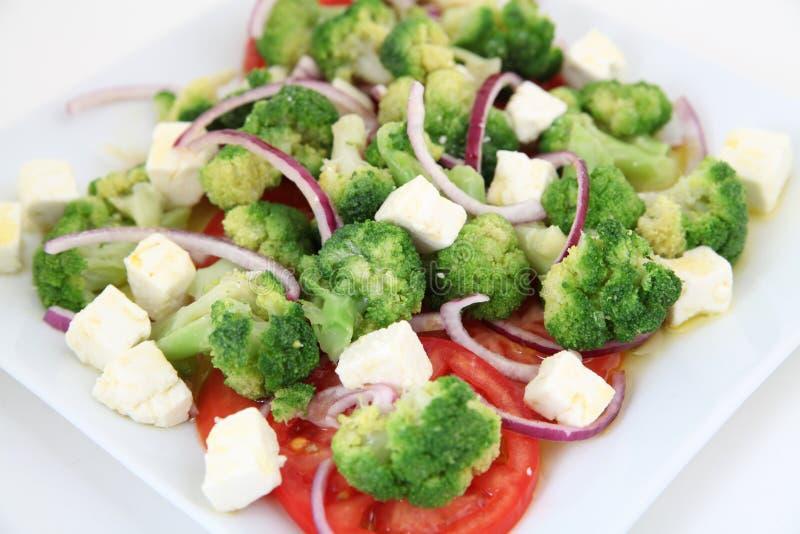 Brokkolisalat mit Tomaten und Käse stockbild